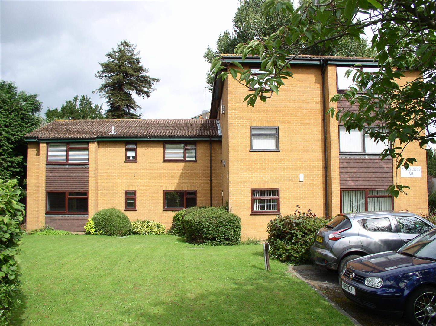 2 Bedrooms Flat for sale in Rydens Road, Walton-On-Thames